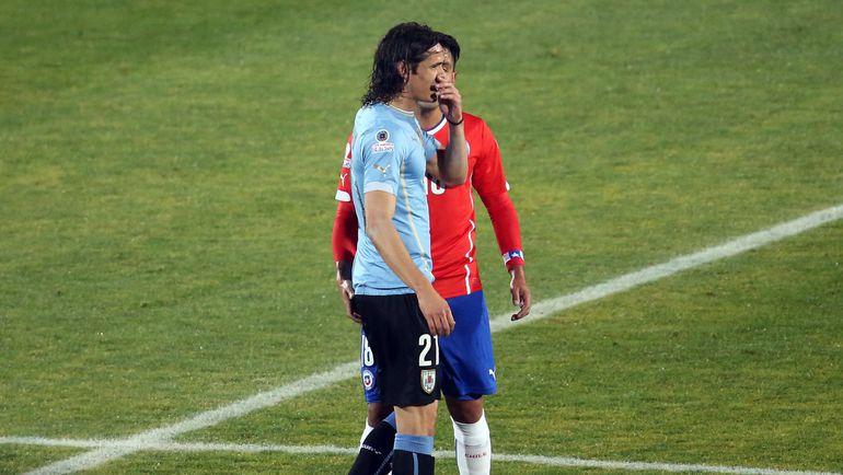 Среда. Сантьяго. Чили - Уругвай - 1:0. Секунду назад Гонсало ХАРА (в красном) провоцирует Эдинсона КАВАНИ. Спустя мгновения уругваец будет удален за отмашку. Фото AFP