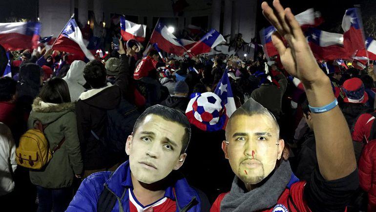 Понедельник. Сантьяго. Чили - Перу - 2:1. Болельщики празднуют выход любимой команды в финал домашнего турнира. Фото REUTERS