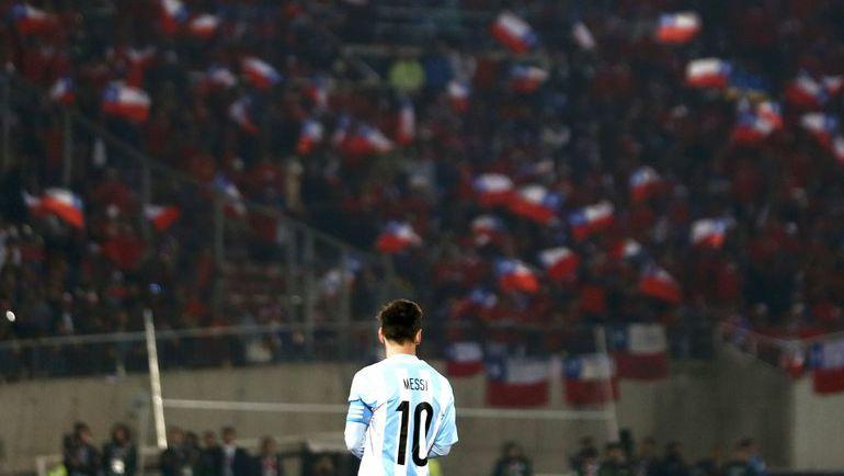 Сегодня. Сантьяго. Чили - Аргентина - 0:0. Пенальти - 4:1. Лионель МЕССИ и хозяйские трибуны. Фото Reuters