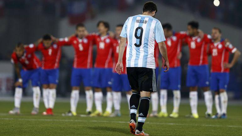 Суббота. Сантьяго. Чили - Аргентина - 0:0, пен. - 4:1. Гонсало ИГУАИН на фоне ликующих хозяев. Фото REUTERS