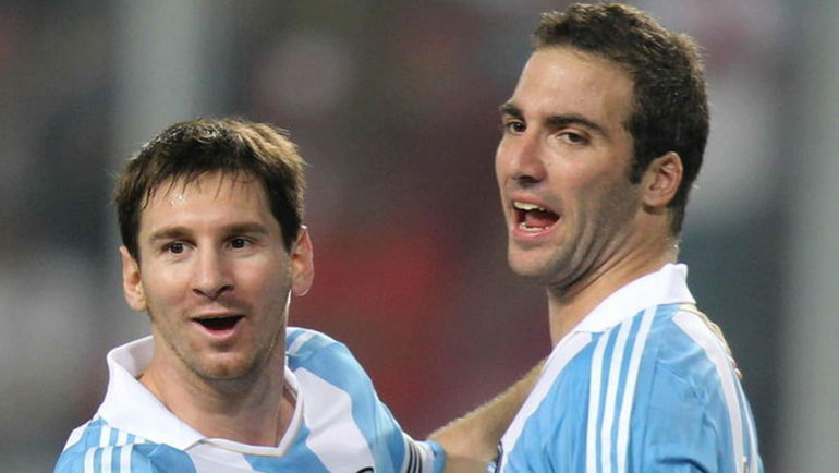 Лидеры сборной Аргентины Гонсало ИГУАИН (справа) и Лионель МЕССИ. Фото AFP