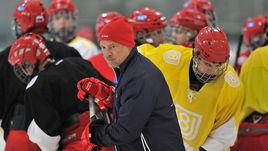 Вторник. Новогорск. Виталий ПРОХОРОВ проводит тренировку юниорской сборной U18.