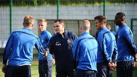 Новый главный тренер Андрей КОБЕЛЕВ (в центре) знакомится с командой.