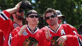 В 2009 году будущий трехкратный обладатель Кубка Стэнли Патрик КЕЙН (второй слева) отметился в криминальной хронике: его арестовали за избиение таксиста.