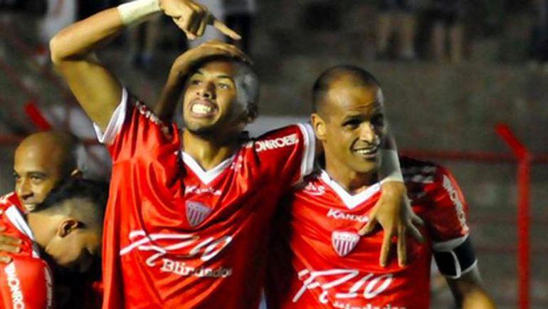 РИВАЛДИНЬЮ поздравляет с голом отца РИВАЛДО. Фото futebolinterior.com.br