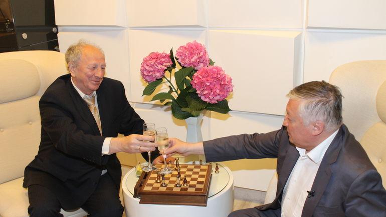 Евгений СВЕШНИКОВ (слева) и Анатолий КАРПОВ. Фото Владимир БАРСКИЙ