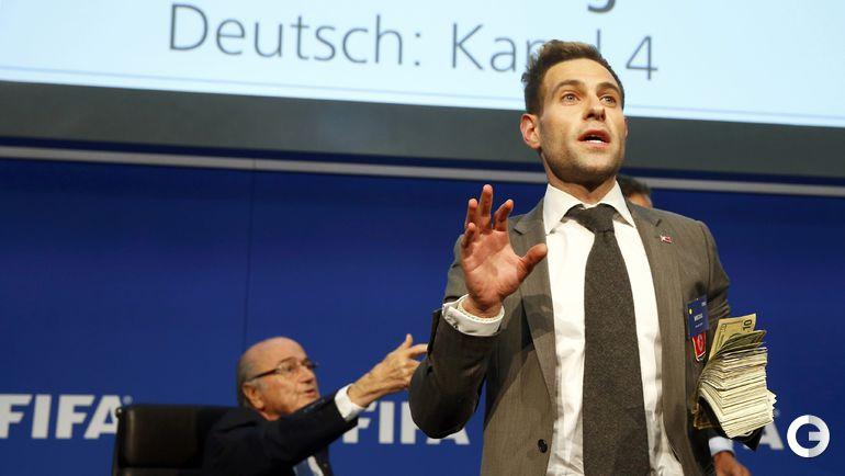 Британский комедийный актер Cаймон БРОДКИН сорвал пресс-конференцию президента ФИФА Зеппа БЛАТТЕРА.