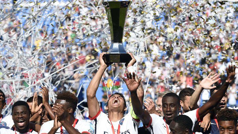 """Футболисты """"ПСЖ"""" с Суперкубком Франции."""