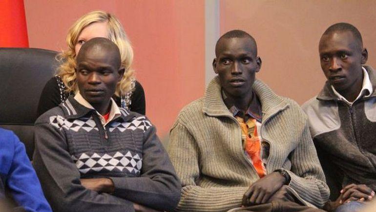 Кенийские атлеты Исаак КИПКЕМБОЙ, Николас ЧЕПСЕБА и Амос КИБИТОК (справа налево) на собрании. Фото ФЛА РТ