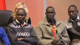 Кенийские атлеты Исаак КИПКЕМБОЙ, Николас ЧЕПСЕБА и Амос КИБИТОК (справа налево) на собрании.