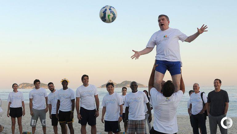 Бах развлекается на пляже в Рио-де-Жанейро