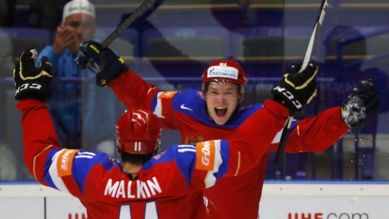Евгений МАЛКИН поздравляет Владимира ТАРАСЕНКО с голом. Фото Reuters