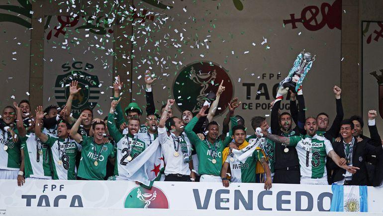 Лиссабонцы с долгожданным трофеем. Фото REUTERS