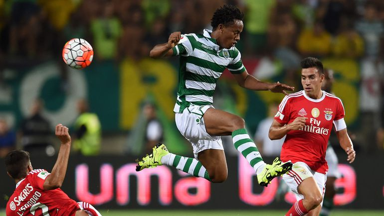 Андреа КАРРИЛЬО проигрывает борьбу за мяч. Фото REUTERS