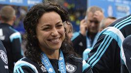 24 мая. Ева КАРНЕЙРО с медалью за победу в чемпионате Англии.