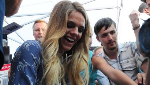 Юлия ЕФИМОВА в окружении болельщиков. Фото Никита УСПЕНСКИЙ, «СЭ»