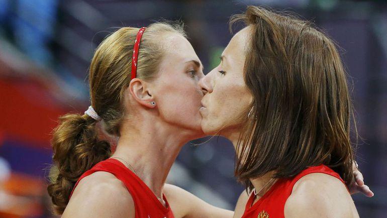 11 августа 2012 года. Лондон. Олимпийская чемпионка и бронзовый призер Игр-2012 в беге на 800 м Мария САВИНОВА (справа) и Екатерина ПОИСТОГОВА. Фото REUTERS