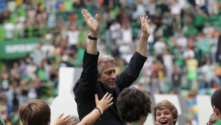 """Воспитанники """"Спортинга"""" приветствуют нового главного тренера. Фото REUTERS"""
