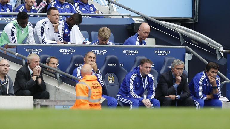 """Вчера. Манчестер. """"Манчестер Сити"""" – """"Челси"""" – 3:0. Джон ТЕРРИ (второй слева в верхнем ряду) и Жозе МОУРИНЬЮ (второй справа в нижнем ряду). Фото REUTERS"""