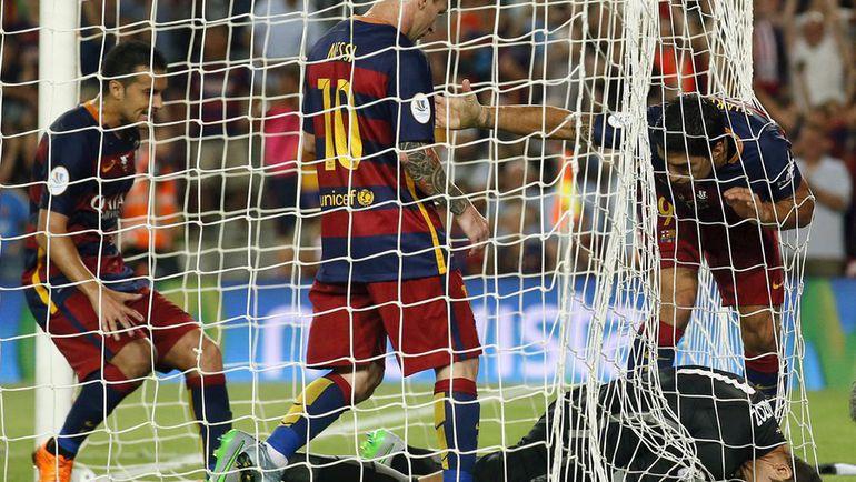 43-я минута. ПЕДРО, Лионель МЕССИ и Луис СУАРЕС пытаются забрать мяч у вратаря басков Горки ИРАИСОСА. Фото REUTERS