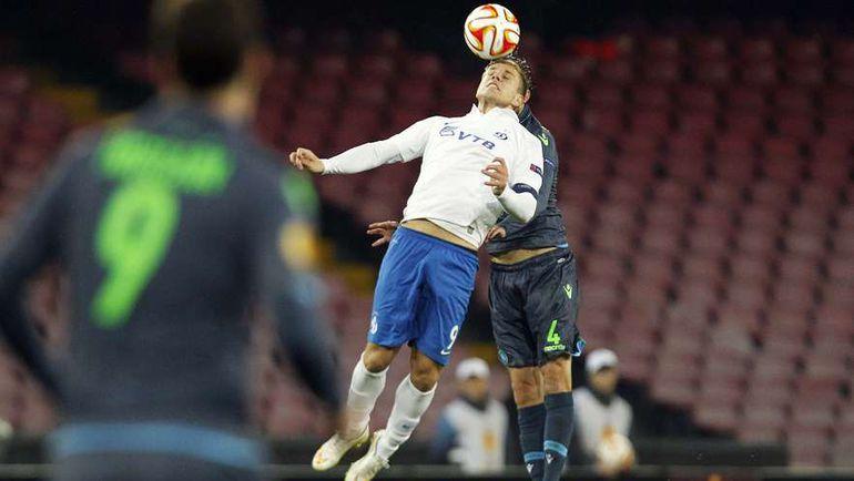 Александр КОКОРИН в борьбе за мяч. Фото REUTERS