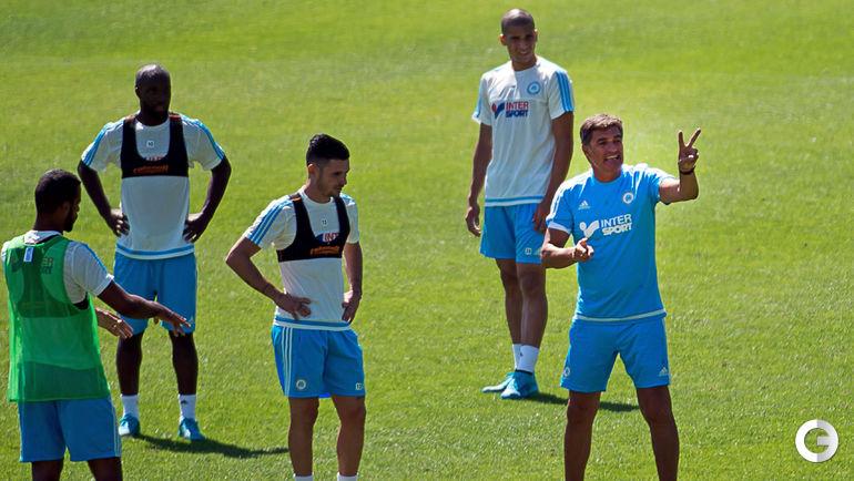 Лассана Диарра (второй слева) и новый главный тренер Мичел.