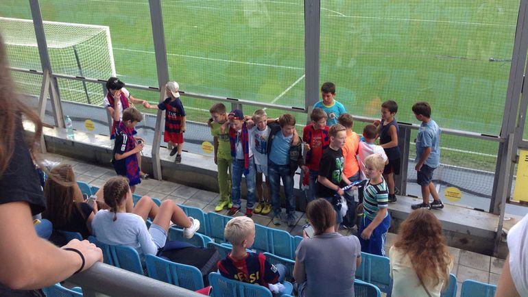 Фото на память от юных любителей футбола. Фото Мария МАРКОВА