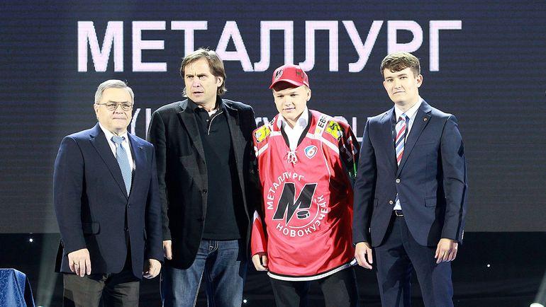 Кирилл КАПРИЗОВ (второй справа). Фото photo.khl.ru