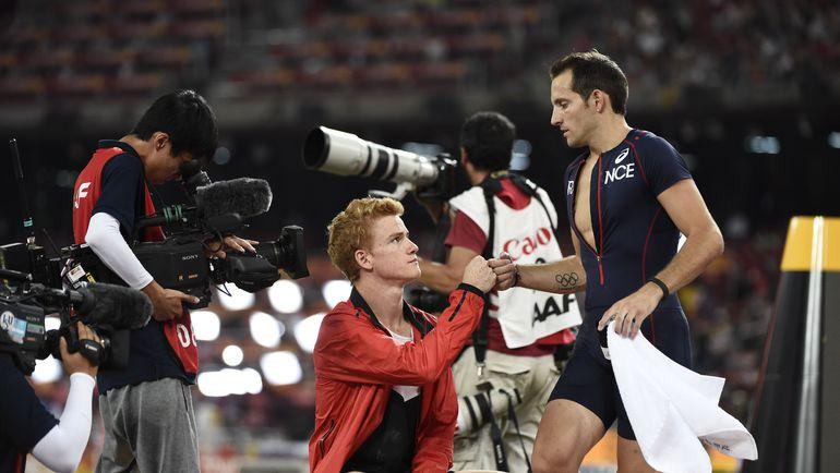 Рено ЛАВИЛЛЕНИ (справа) поздравляет победителя чемпионата мира Шонеси БАРБЕРА. Фото AFP