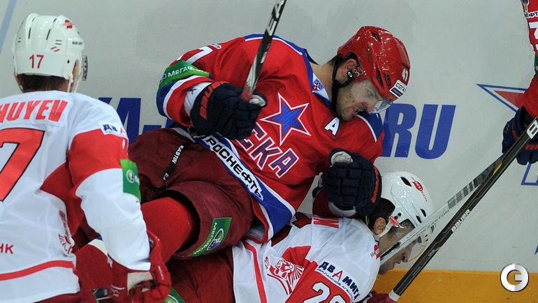 Александр Радулов прижимает ко льду Шона Моррисонна. 05 сентября 2012.