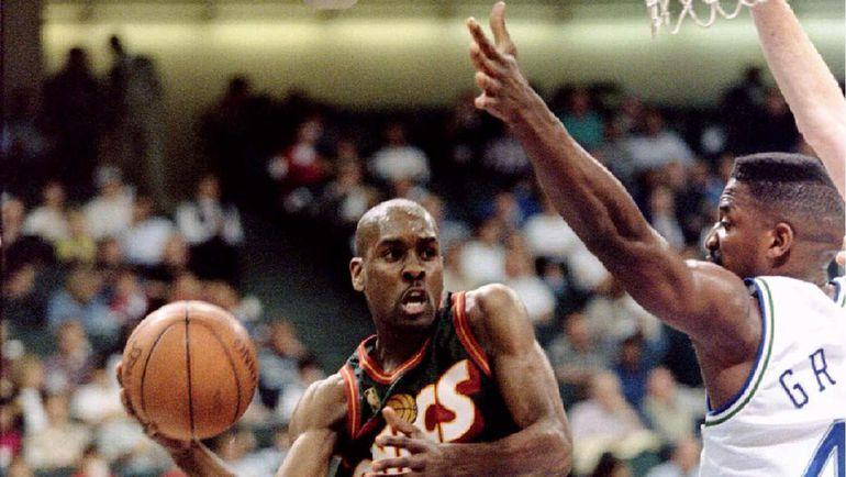 """10 апреля 1997 года. Эй.Си.ГРИН (справа) в составе """"Далласа"""" противостоит Гэри ПЭЙТОНУ из """"Сиэтла""""."""