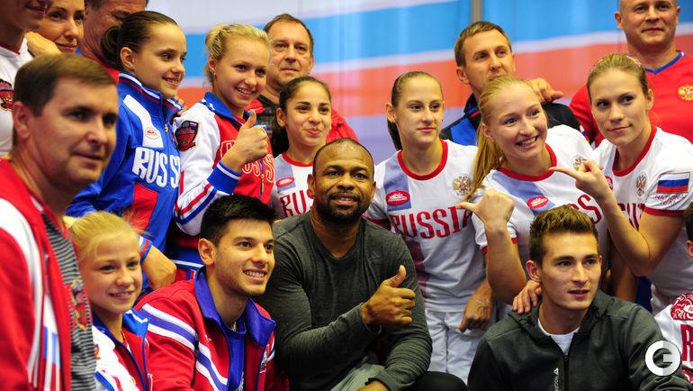 Рой Джонс-младший и сборная России по спортивной гимнастики.
