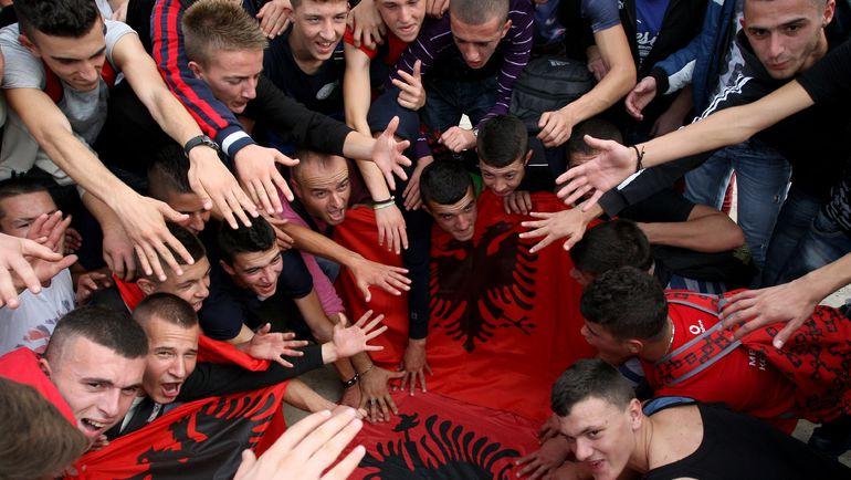 16 октября 2014 года. Болельщики сборной Албании протестуют против решения УЕФА засчитать команде поражение в матче с Сербией. Фото AFP