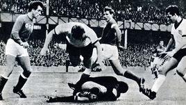 23 июля 1966 года. Сандерленд. СССР - Венгрия - 2:1. Василий ДАНИЛОВ (слева) и Лев ЯШИН (в центре) предотвращают атаку венгров в четвертьфинале чемпионата мира.