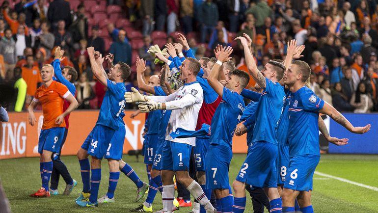 Вчера. Амстердам. Голландия - Исландия - 0:1. Гости празднуют очередную победу, которая помогла им укрепить лидерство в группе A. Фото REUTERS