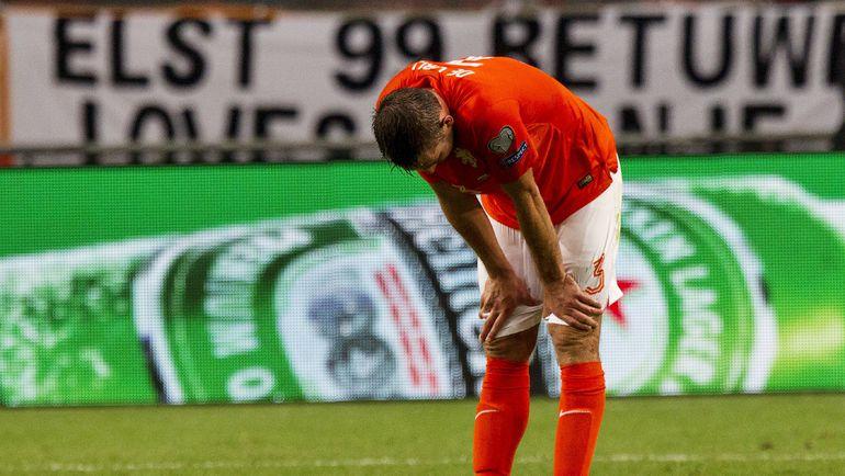 Вчера. Амстердам. Голландия - Исландия - 0:1. Защитник хозяев Стефан ДЕ ФРАЙ разочарован поражением. Фото REUTERS