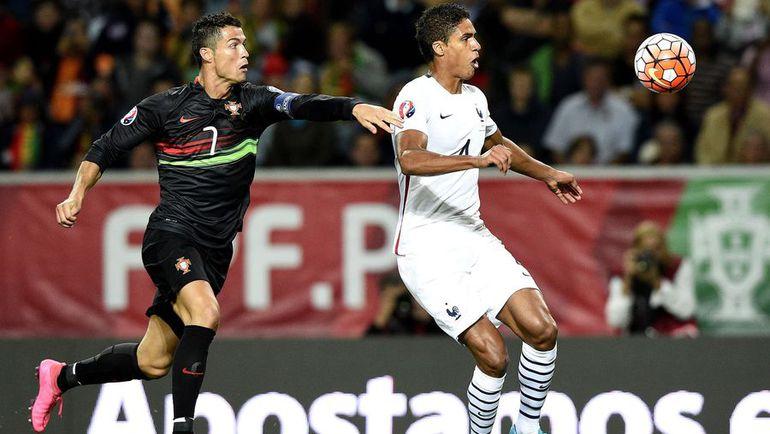 Сегодня. Лиссабон. Португалия - Франция - 0:1. Криштиану РОНАЛДУ (слева) против Рафаэля ВАРАНА. Фото AFP