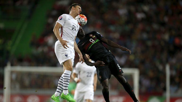 Сегодня. Лиссабон. Португалия - Франция - 0:1. Лоран КОСЬЕЛЬНИ (слева) в верховой борьбе за мяч с ЭДЕРОМ. Фото REUTERS