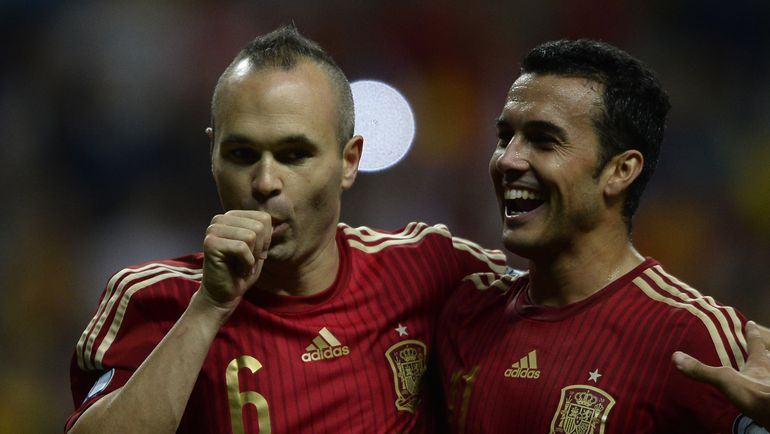 Овьедо. Испания - Словакия - 2:0. 30-я минута. Автора второго гола Андреса ИНЬЕСТУ поздравляет ПЕДРО. Фото AFP