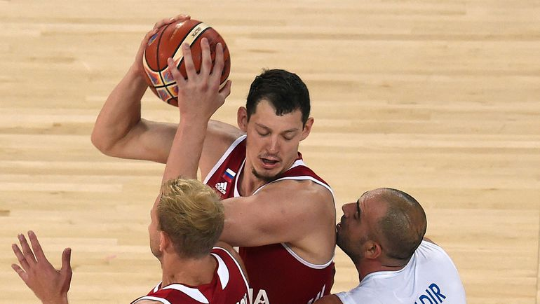 С мячом - Руслан ПАТЕЕВ. Фото AFP
