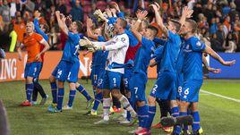 3 сентября. Амстердам. Голландия - Исландия - 0:1. Гости празднуют победу, которая помогла сделать решительный шаг к Euro-2016.
