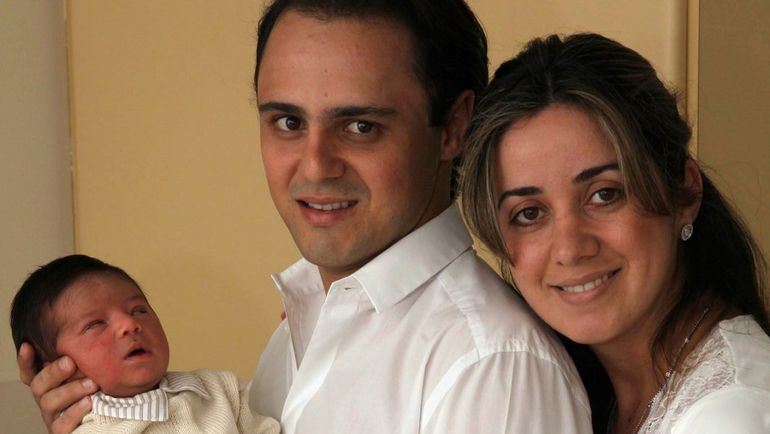 3 декабря 2009 года. Фелипе МАССА (в центре) с женой Рафаэлой и новорожденным сыном. Фото REUTERS