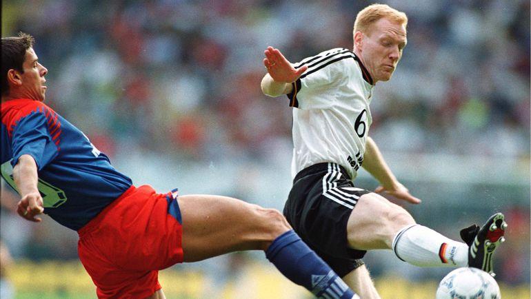4 июня 1996 года. Мангейм. Германия - Лихтенштейн - 9:1. Марио ФРИК (слева), который сегодня может сыграть с Россией в возрасте 41 года, против Маттиаса ЗАММЕРА. Фото REUTERS