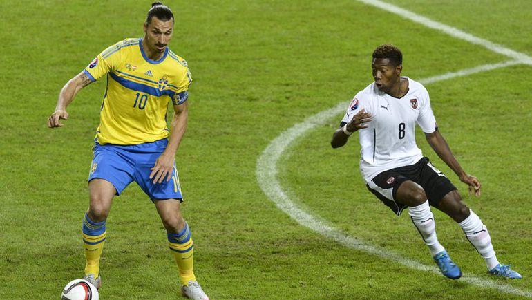 Сегодня. Стокгольм. Швеция – Австрия – 1:4. В борьбе за мяч швед Златан ИБРАГИМОВИЧ и австриец Давид АЛАБА. Фото Reuters
