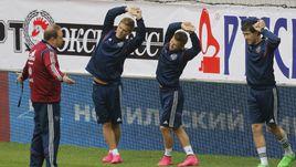 Леонид СЛУЦКИЙ подбадривает Александра КОКОРИНА, Олега ШАТОВА и Юрия ЖИРКОВА в ходе тренировки.