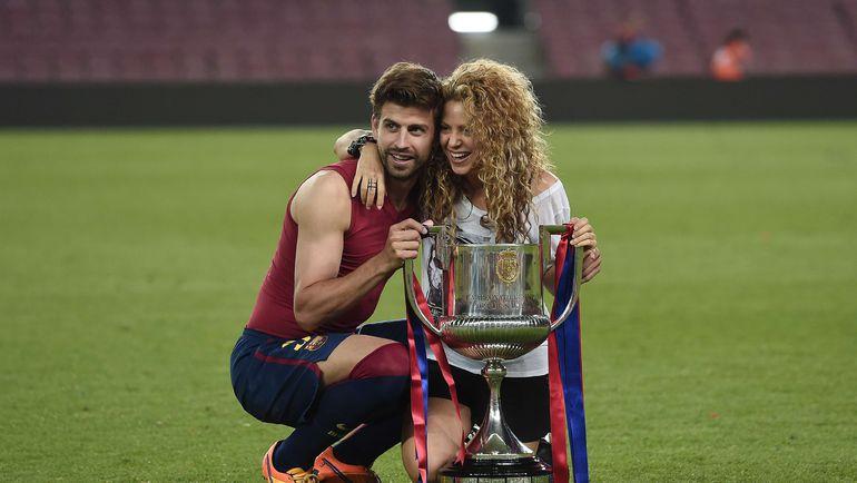30 мая 2015 года. Жерар ПИКЕ со своей женой ШАКИРОЙ и кубком Испании. Фото AFP