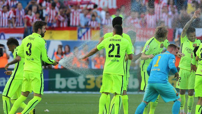 17 мая 2015 года. Жерар ПИКЕ поливает партнеров шампанским после победы в чемпионате Испании. Фото AFP