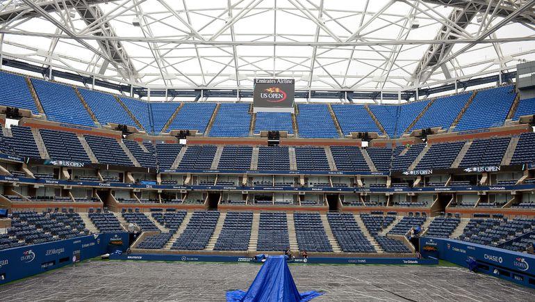 На центральном корте US Open - арене Артура Эша уже началось строительство раздвижной крыши, так что пустые трибуны и прикрытая от дождя площадка скоро уйдут в историю. Фото AFP