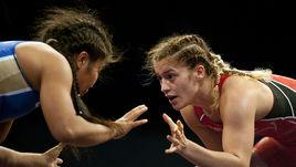 Ирина ОЛОГОНОВА (слева) в борьбе с Луизой МАРУЛИС взяла серебро чемпионата мира в весовой категории до 55 кг.