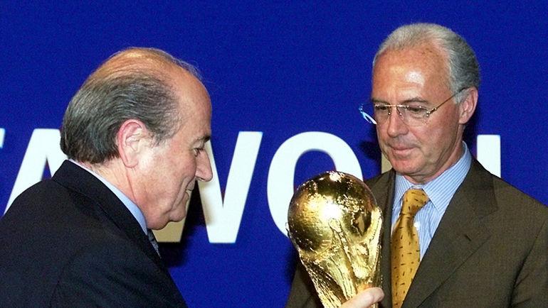 Июль 2000 года. Президент ФИФА Йозеф БЛАТТЕР передает кубок мира вместе с чемпионатом-2006 в руки Германии. В руки Франца БЕККЕНБАУЭРА. Фото REUTERS